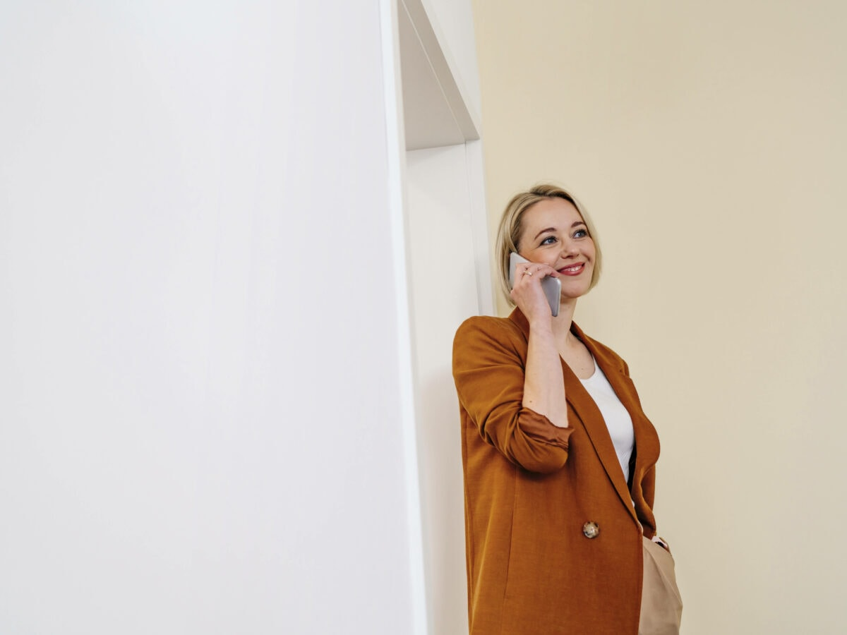 Frau Telefon lächelt