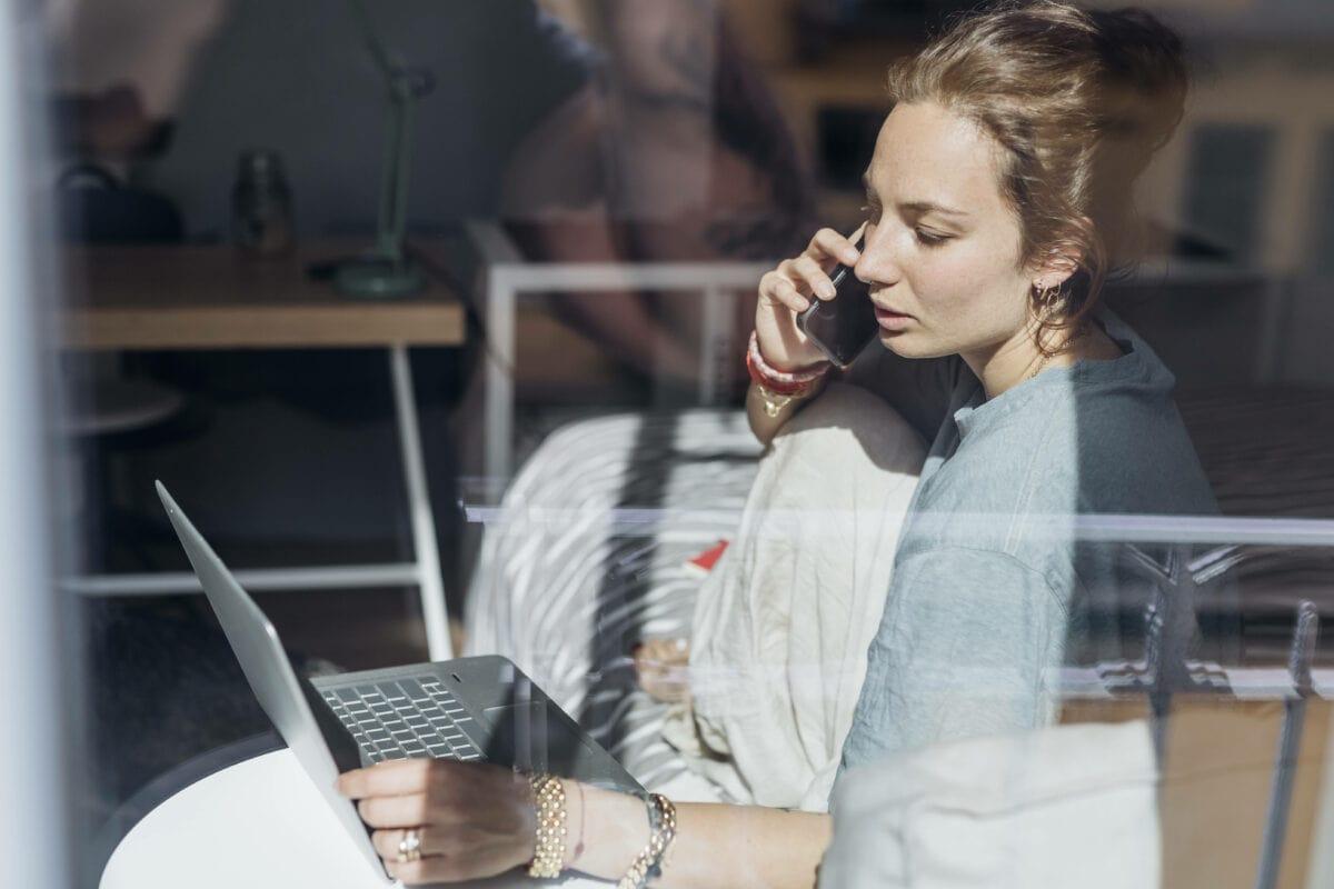 Frau job handy smartphone laptop job
