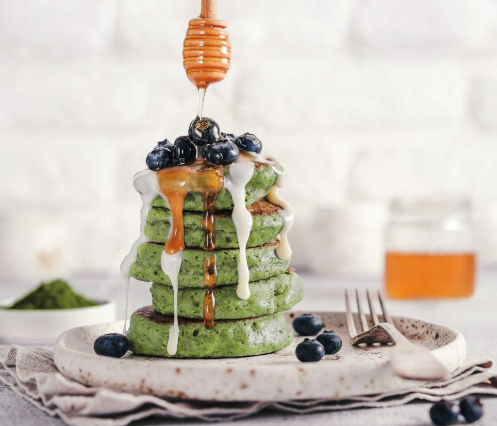 matcha powder pancakes blaubeeren honig