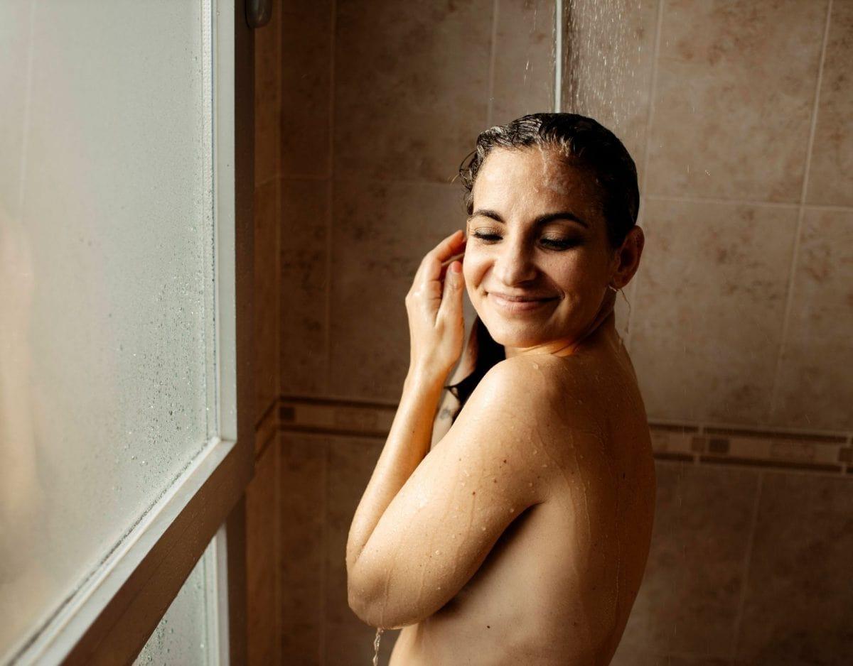 Unter der dusche frau glücklich