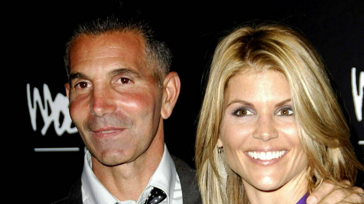 Mossimo Giannulli und Lori Loughlin saßen beide eine Gefängnisstrafe ab.. © imago images/ZUMA Press