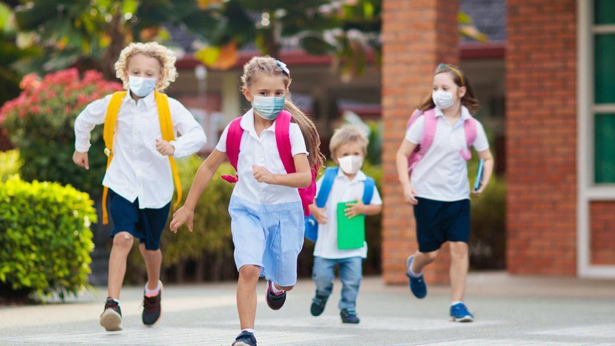 Für viele Kleinkinder ist ein Leben mit dem Coronavirus inzwischen Normalität.. © FamVeld/Shutterstock.com