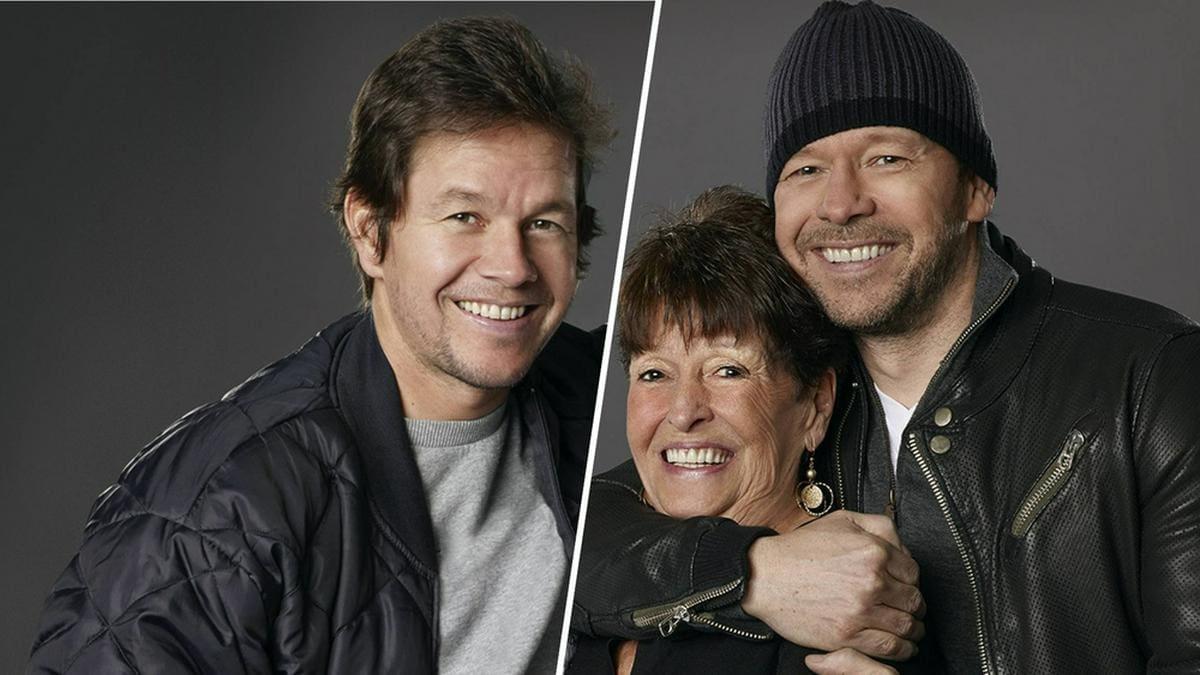 """Mutter Alma stand mit ihren Söhnen Mark (l.) und Donnie in der Reality-Show """"Wahlburgers"""" vor der Kamera.. © [M] imago images / Cinema Publishers Collection"""
