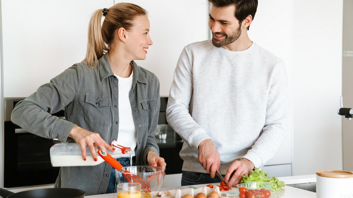 Eier und Gemüse übrig? Aus wenigen Zutaten entsteht ein leckeres Omelette.. © Dean Drobot/Shutterstock.com