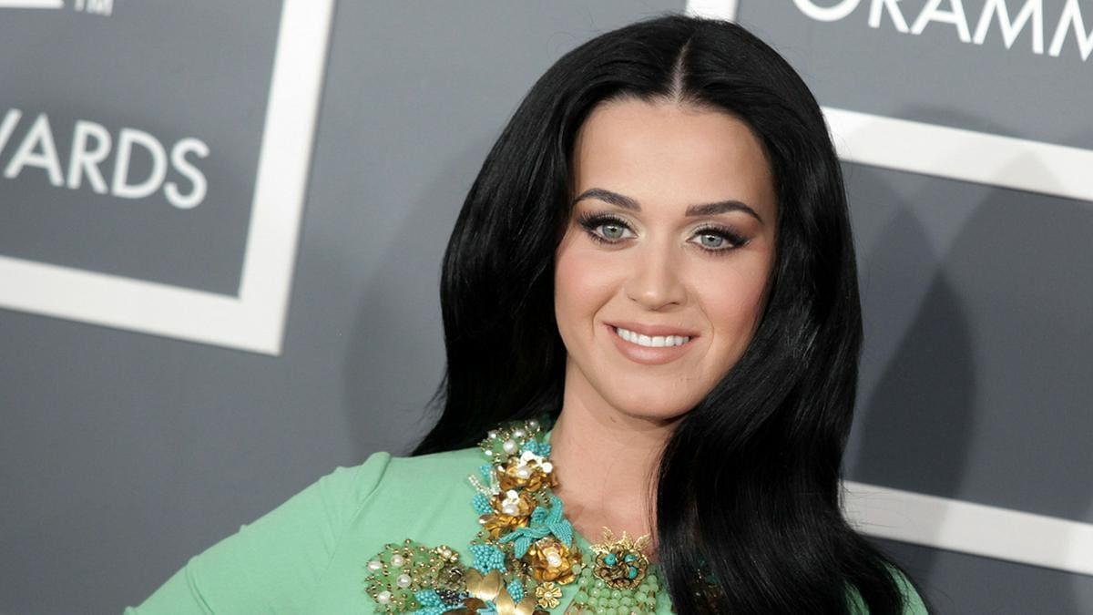 Katy Perry kann sich nicht ganz von ihrem alten Signature-Look trennen.. © DFree / Shutterstock.com