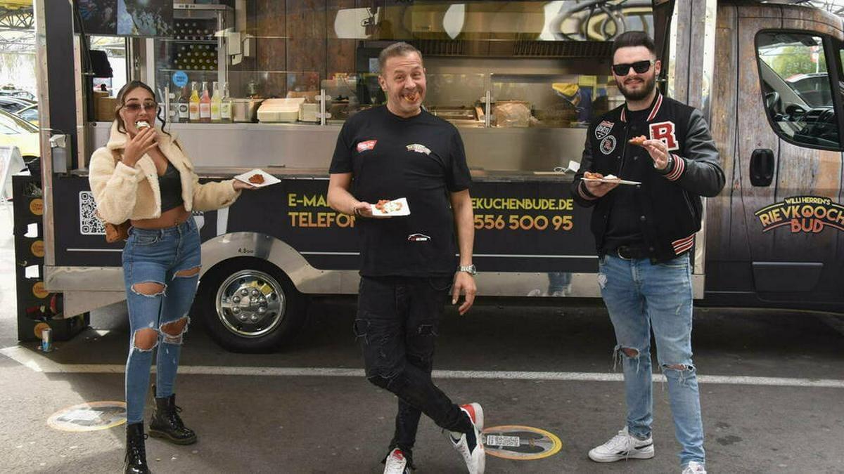 Schauspieler und Sänger Willi Herren mit seiner Tochter Alessia und sein Sohn Stefano bei der Eröffnung seines Foodtrucks vor einer Woche.. © IMAGO / Horst Galuschka