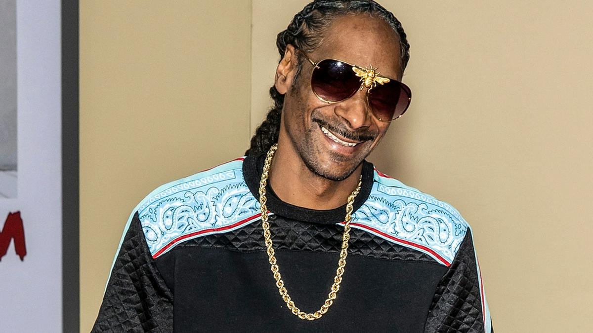 Snoop Dogg zeigt sich vor der Kamera beim Kiffen.. © Ovidiu Hrubaru/shutterstock.com