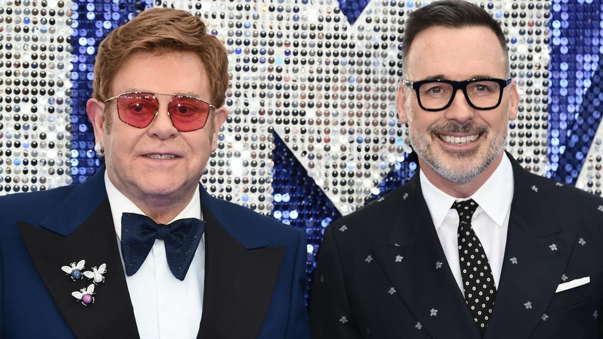 Elton John begrüßte gemeinsam mit Ehemann David Furnish virtuell seine Gäste.. © Featureflash Photo Agency/shutterstock.com