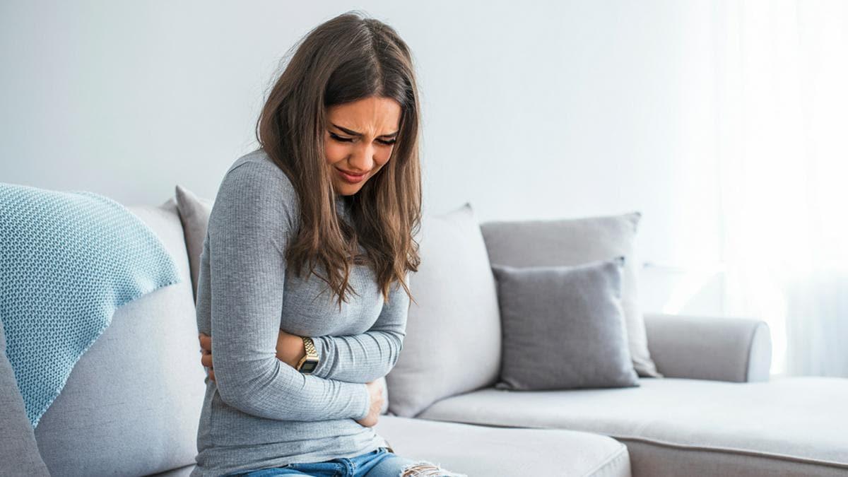 Vor allem Magenschmerzen und Sodbrennen quälen viele Deutsche.. © Dragana Gordic/Shutterstock.com