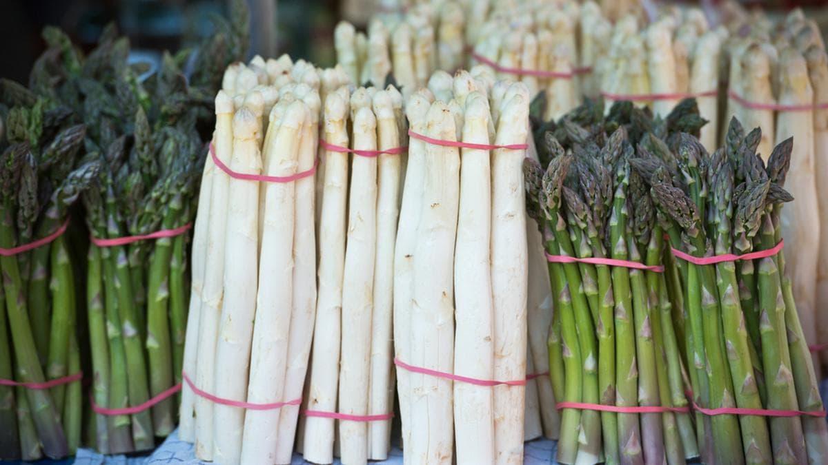 Weißen und grünen Spargel gibt es meistens ab Mitte April zu kaufen.. © dvoevnore/Shutterstock.com