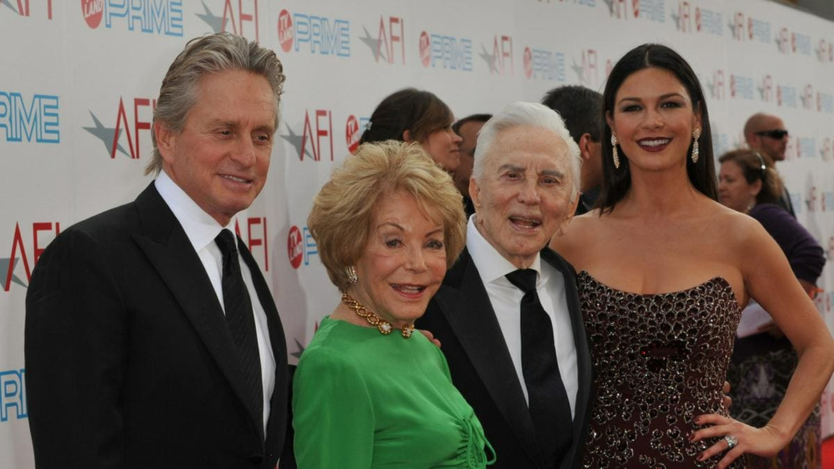 Michael Douglas und seine Ehefrau Catherine Zeta-Jones besuchten im Jahr 2009 zusammen mit Kirk und Anne Douglas (in Grün) eine Gala in Los Angeles.. © Shutterstock.com/Jaguar PS