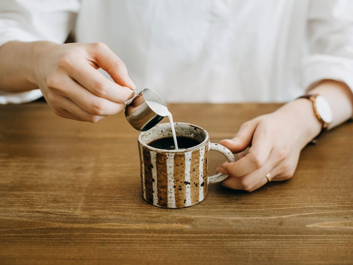 Kaffee zubereiten Latte Art Hände Kaffee Milch