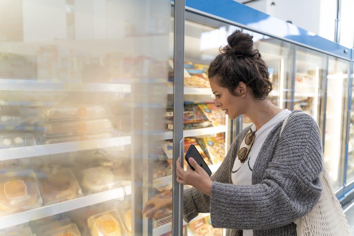 supermarkt frau tiefkühl produkt einkaufen stress