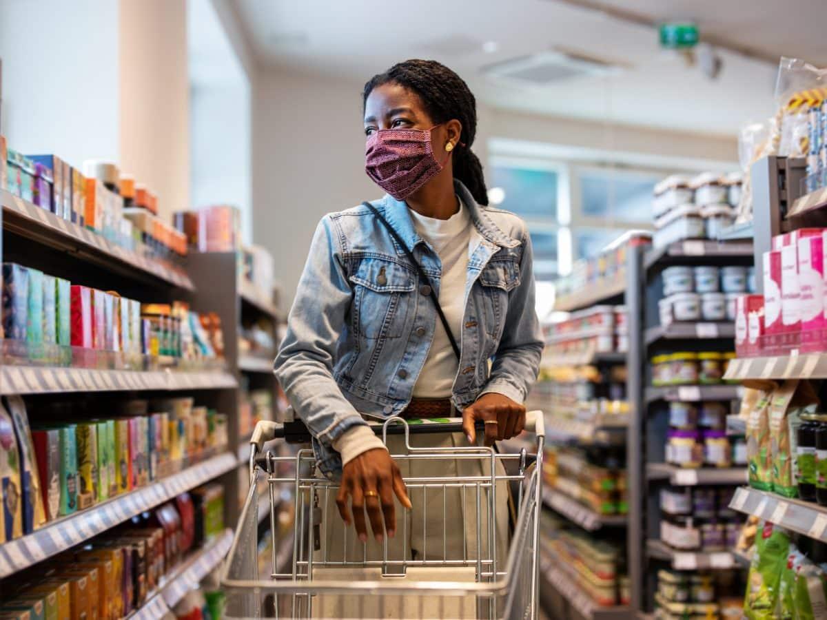Verkaufsstrategien im Supermarkt einkaufen frau poc maske
