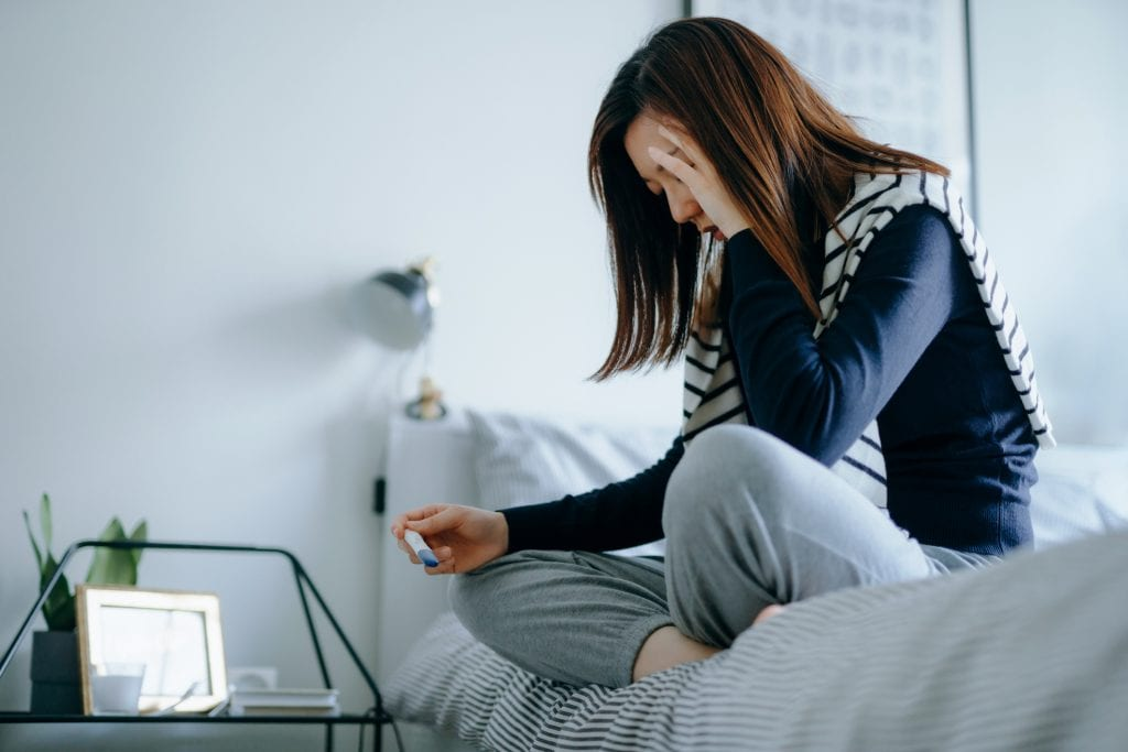 angst vor schwangerschaft frau mit schwangerschaftstest