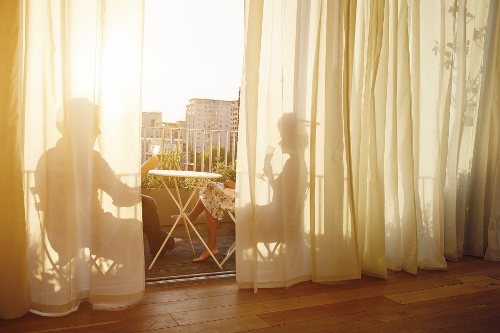 vorhänge balkon gemütlich einrichten sonnenuntergang