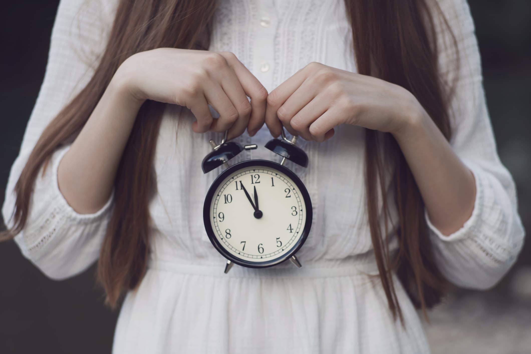 biologische Uhr frau wecker kleid
