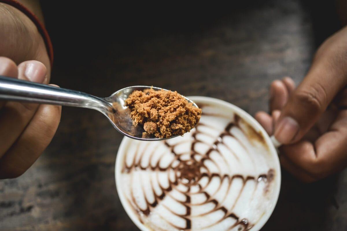 Brauner Zucker in Kaffee