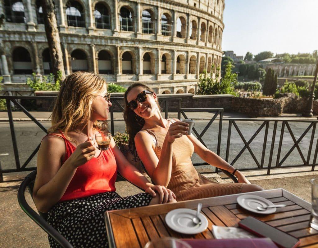 Italien Kaffee frauen collosseum
