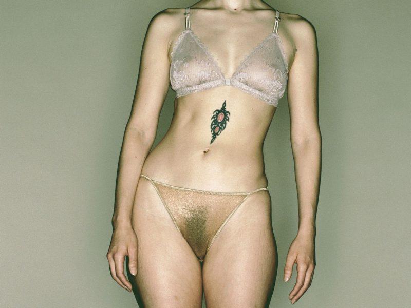 tattoo frau körperbehaarung nackt unterwäsche