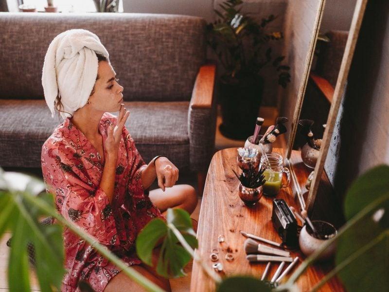 pickel richtig ausdrücken skincare schminken handtuch-turban