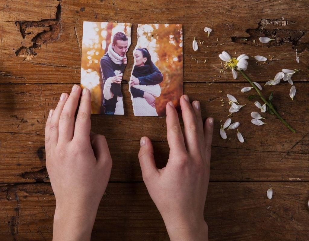 date absagen foto zerrissen hände liebeskummer break up