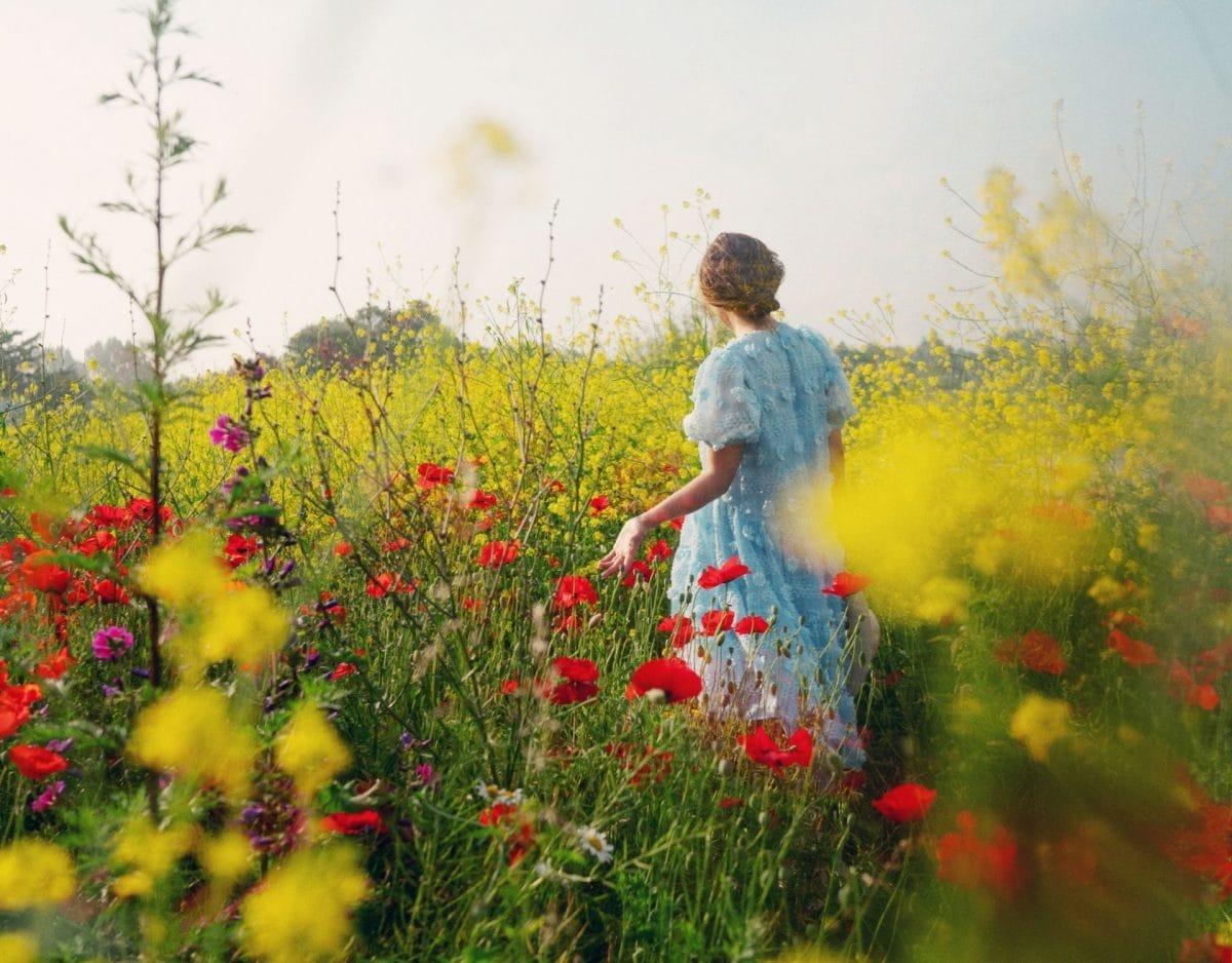 Tag der Erde Blumenwiese Feld Frau Kleid