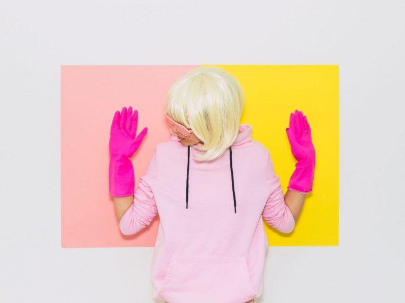 tampons entsorgen frau mit pinken handschuhen