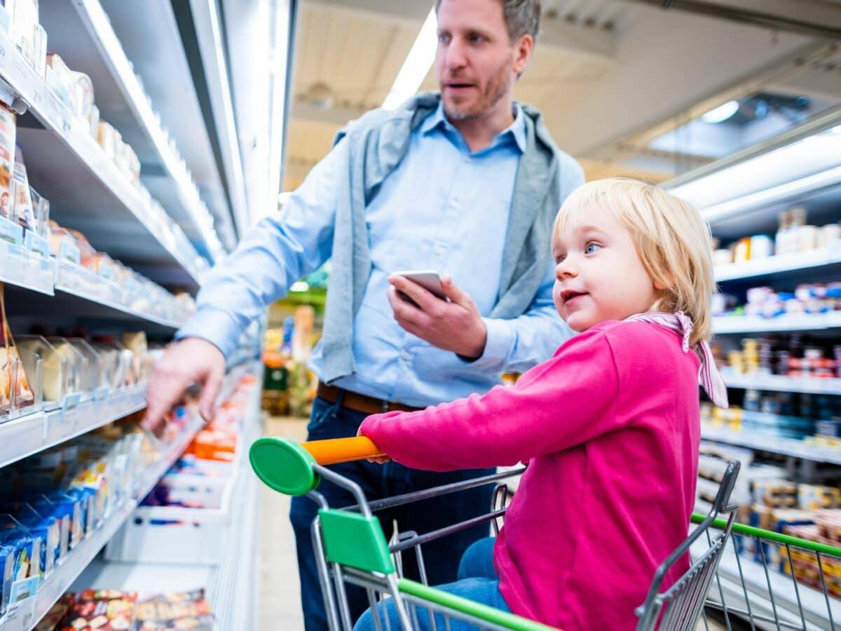 käse papa kind supermarkt einkaufen