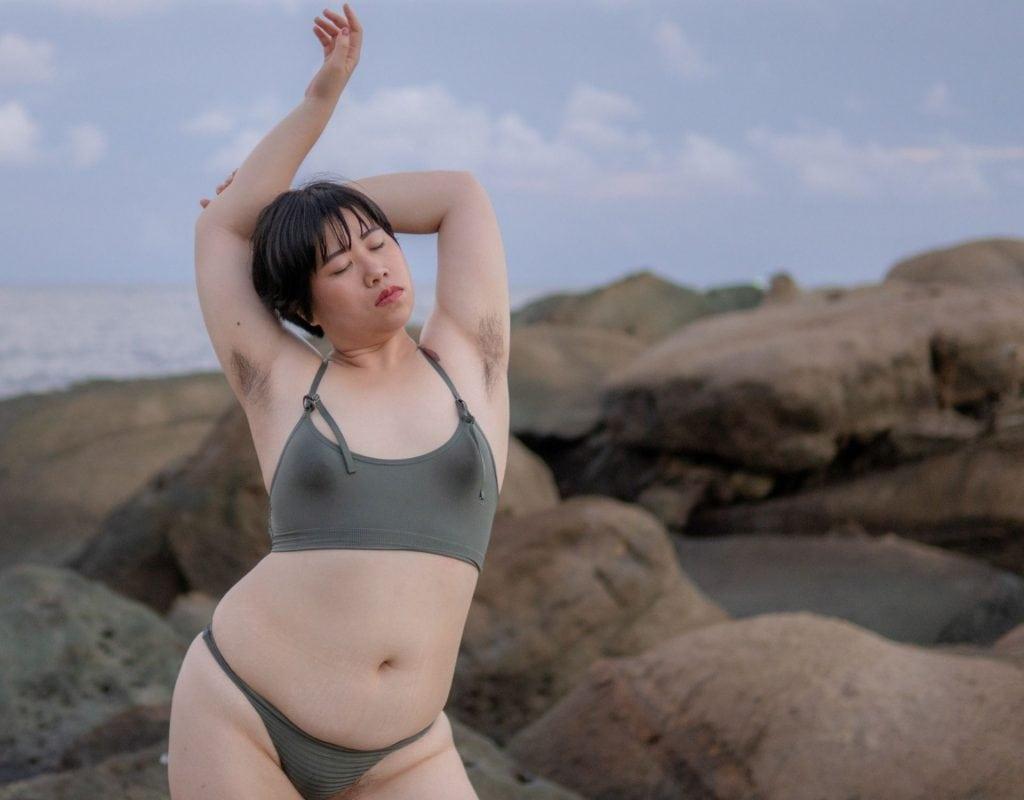 frau unterwäsche nackt strand achselhaare empowerment