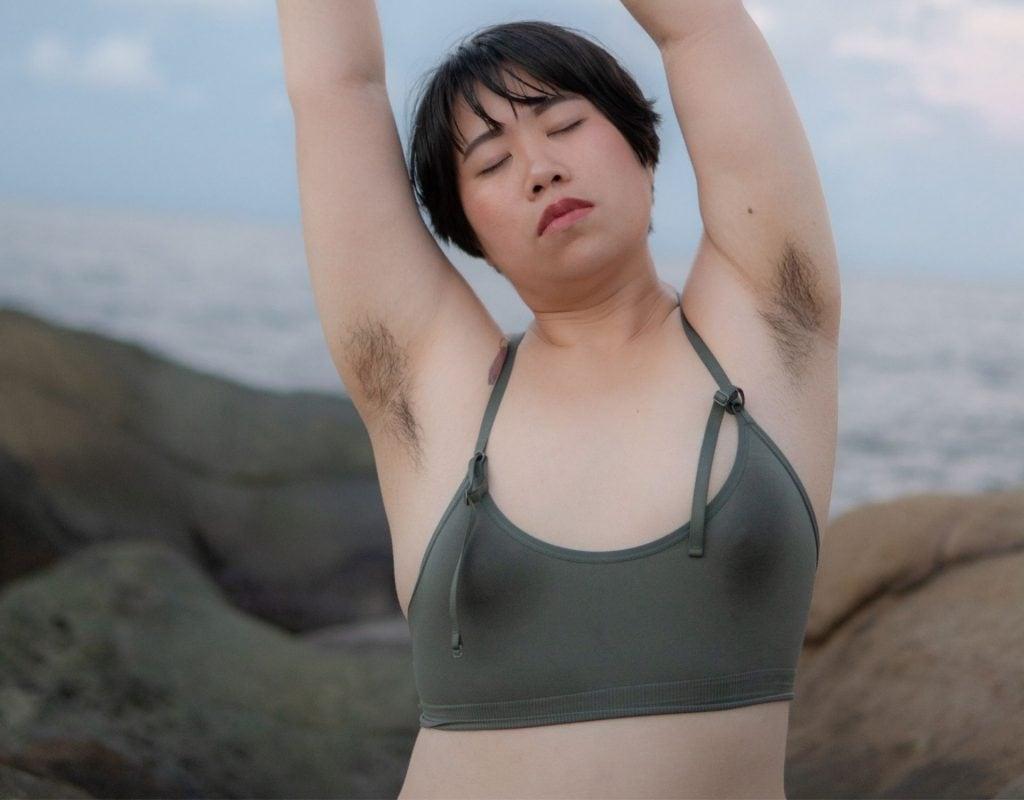 frau strand nackt unterwäsche empowerment asiatisch