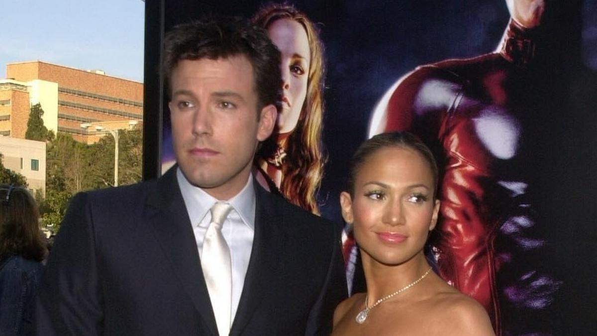 """Damals waren sie noch """"Bennifer"""": Ben Affleck und Jennifer Lopez im Jahr 2003 - auf dem Plakat dahinter lugte aber schon Jennifer Garner hervor. © s_bukley/ImageCollect.com"""