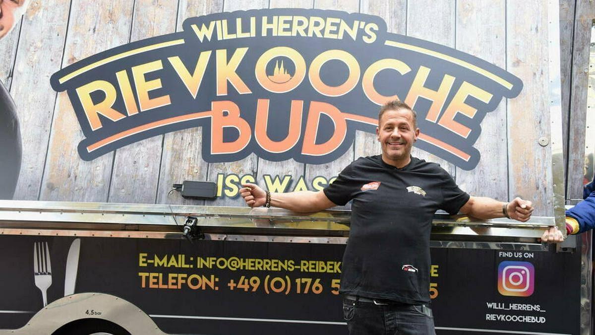 Willi Herren bei der Eröffnung seines Food Trucks Mitte April.. © imago images/Horst Galuschka