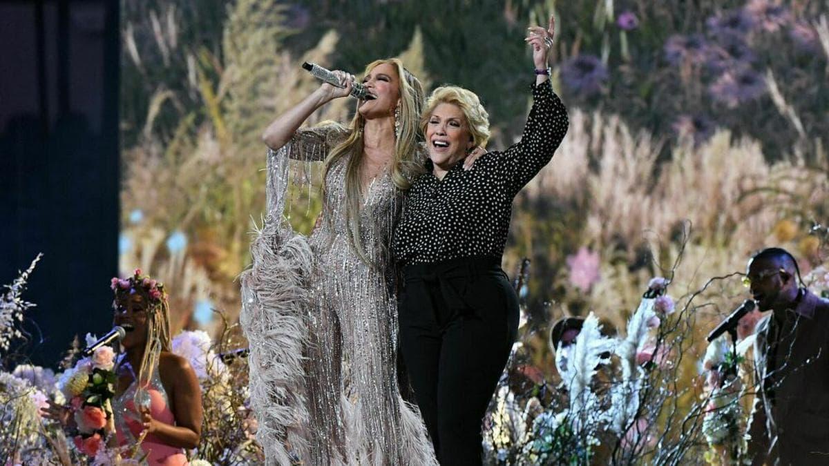 Jennifer Lopez steht mit ihrer Mutter auf der Bühne
