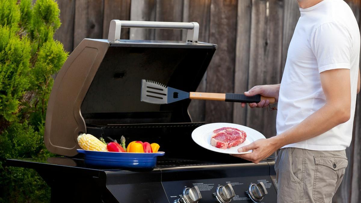 Anfänger sollten beim Grillen mit Gas eine Sicherheitsregeln beachten.. © Aleksei Potov / Shutterstock.com