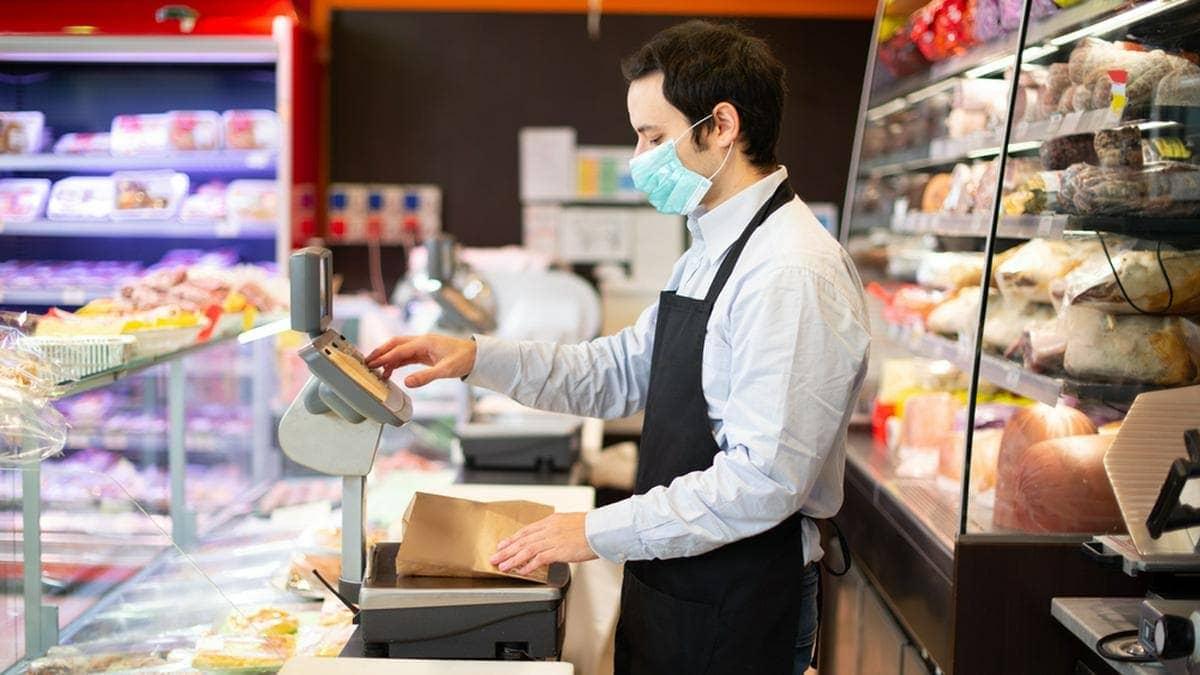 Auch Menschen aus dem Lebensmitteleinzelhandel zählen zur 3. Prio-Gruppe für die Corona-Schutzimpfung.. © Minerva Studio/Shutterstock.com