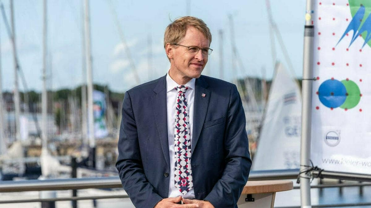 Ministerpräsident Daniel Günther macht die Beherbergungsbetriebe in Schleswig-Holstein auf. © imago images/penofoto