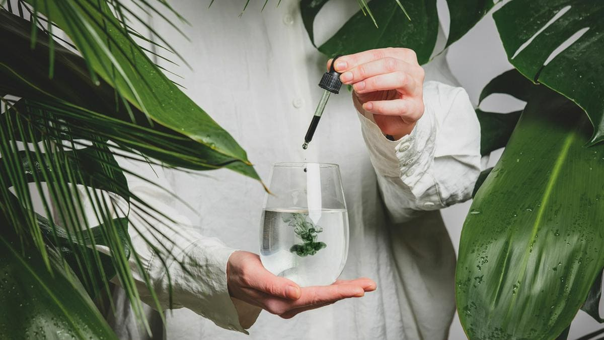 Wasser mit Chlorophyll-Tropfen ist der neueste Hype unter Beauty-Influencern.. © Masson/Shutterstock