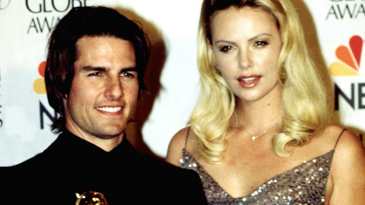 Tom Cruise mit seinem Golden Globe Award und Kollegin Charlize Theron bei der Preisverleihung im Januar 2000.. © Shutterstock.com / Everett Collection