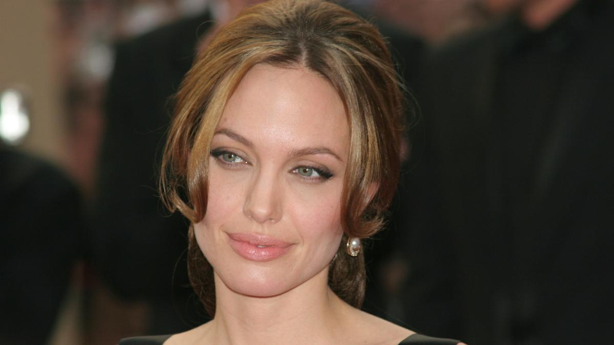 Angelina Jolie ist seit der Trennung von Brad Pitt Single.. © Denis Makarenko/shutterstock.com