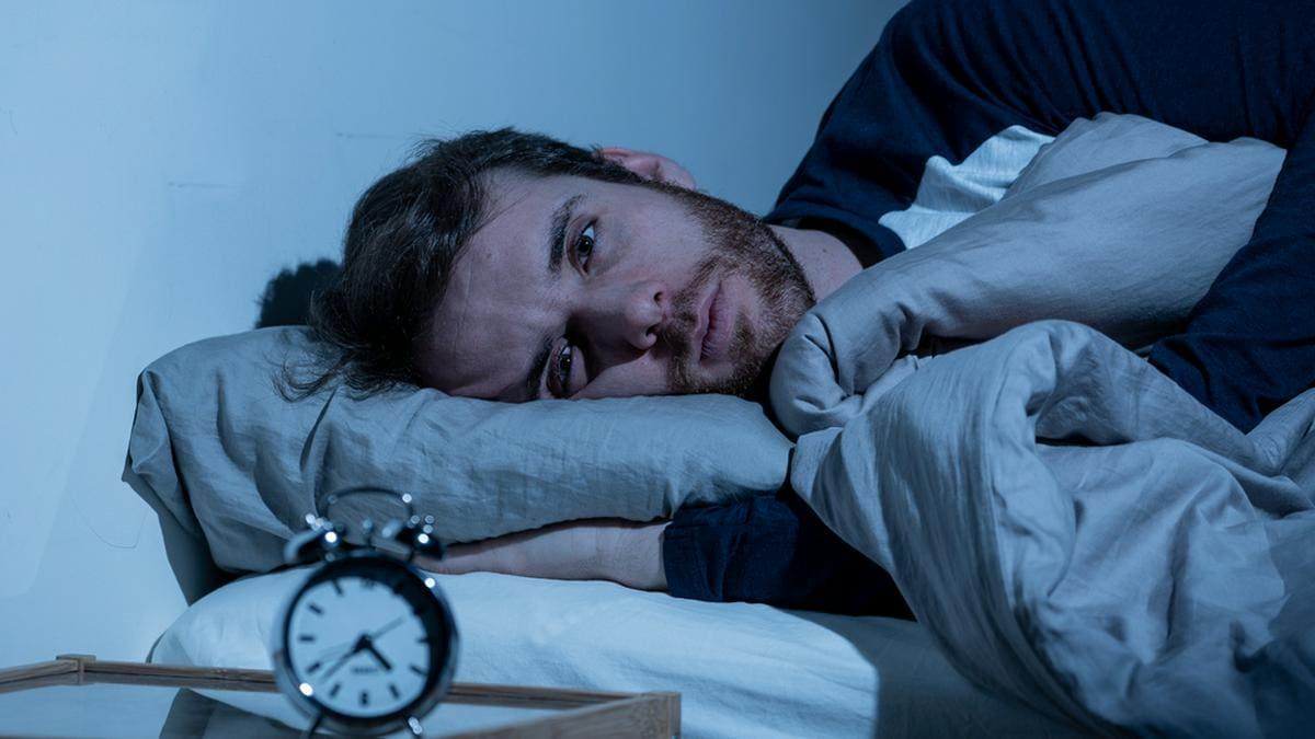Mitten in der Nacht aufwachen - woran liegt das?. © Sam Wordley/Shutterstock.com