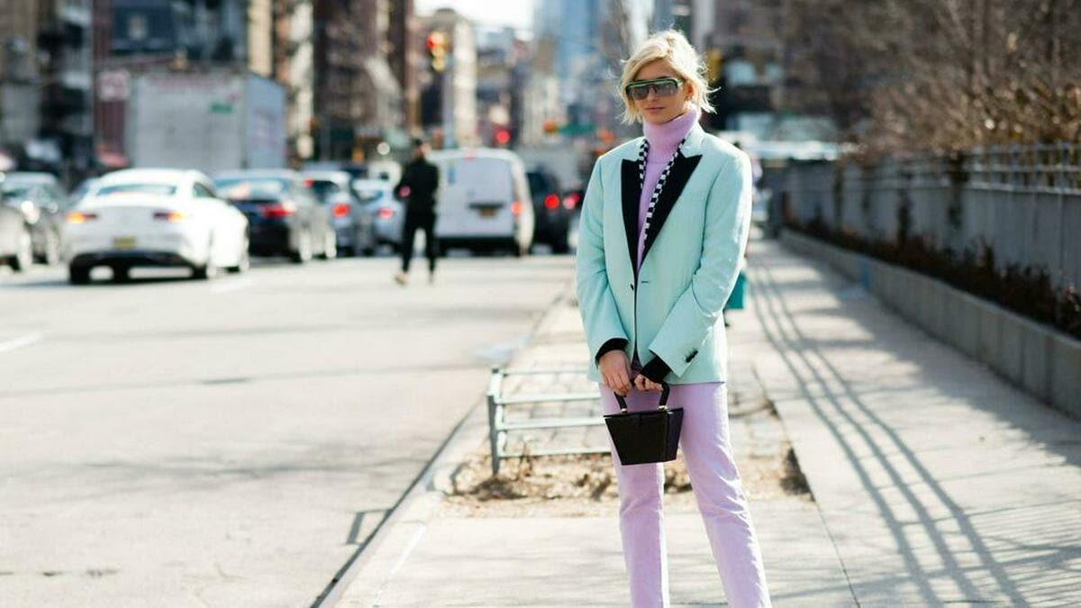 Pastellfarben richtig kombinieren - Modebloggerin Xenia Adonts macht es vor.. © imago images / Runway Manhattan