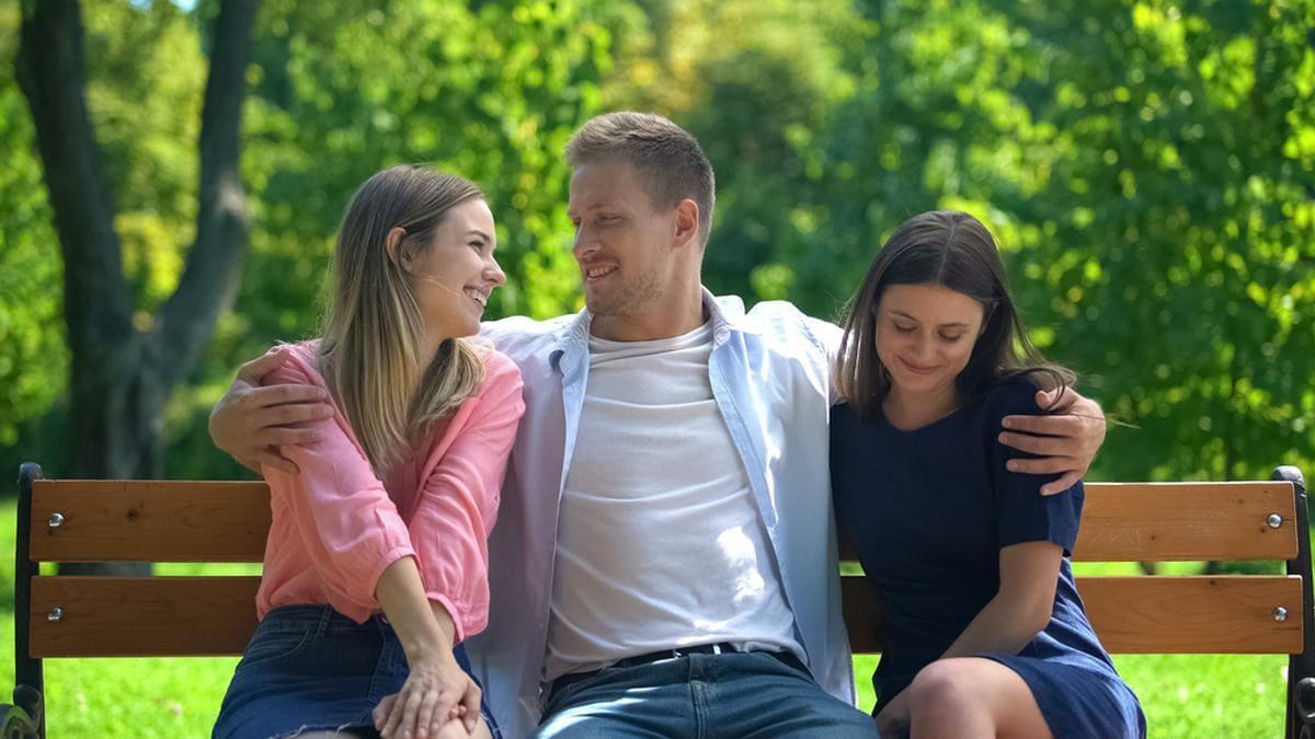 Mit mehr als einem Menschen liiert sein: Das Prinzip der Polyamorie. © Motortion Films/Shutterstock.com