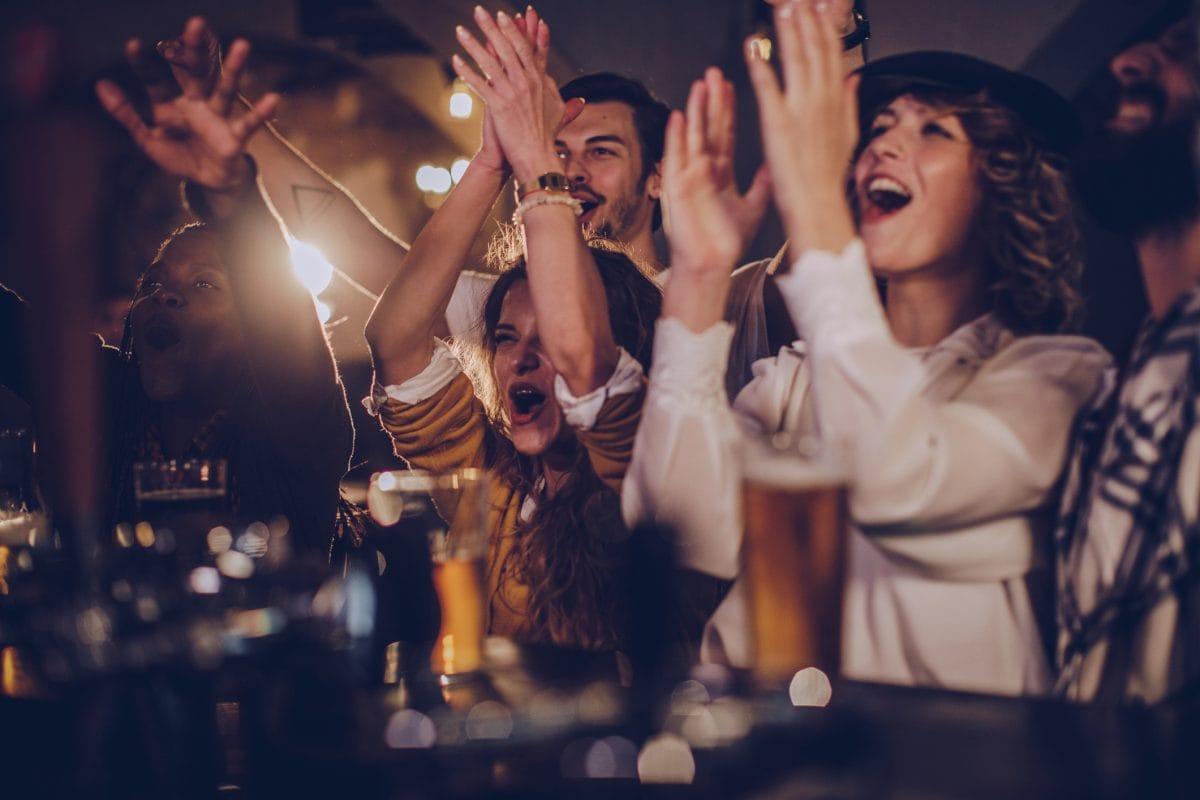 Spieleabend Bar Freunde Bier feiern klatschen Party