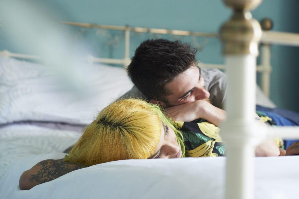 paar couple bett blaue Wand Wandfarbe fürs Schlafzimmer