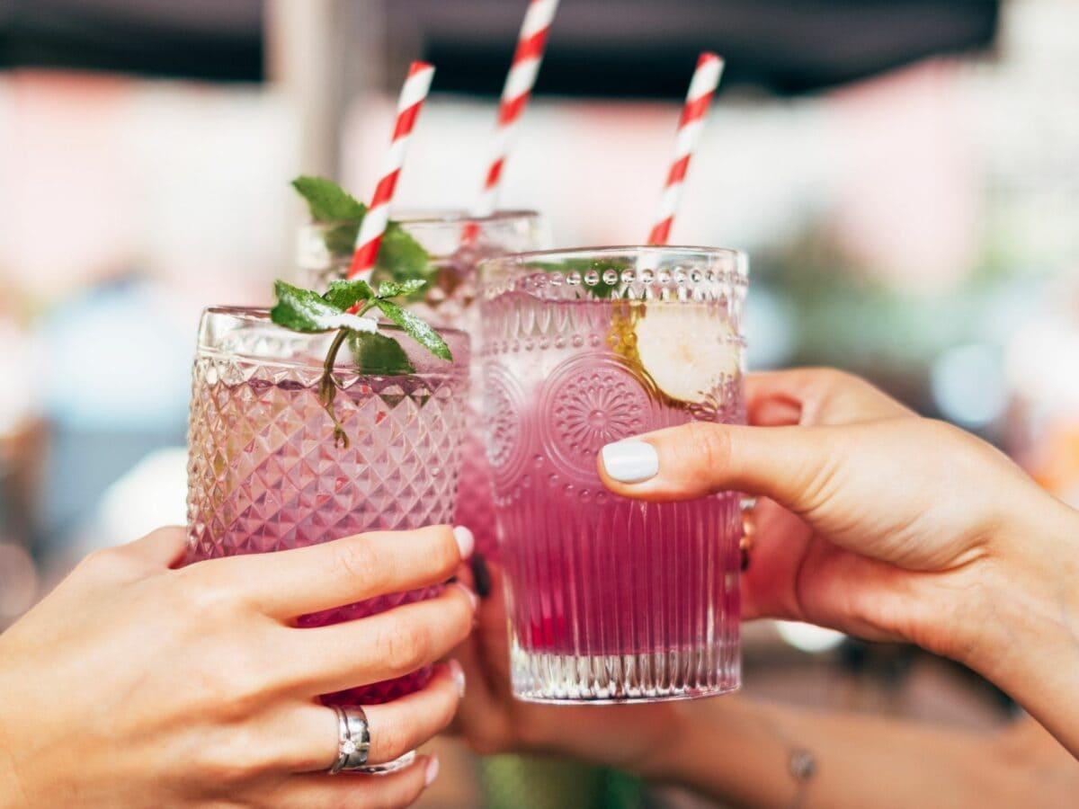 Frauen mit Cocktails