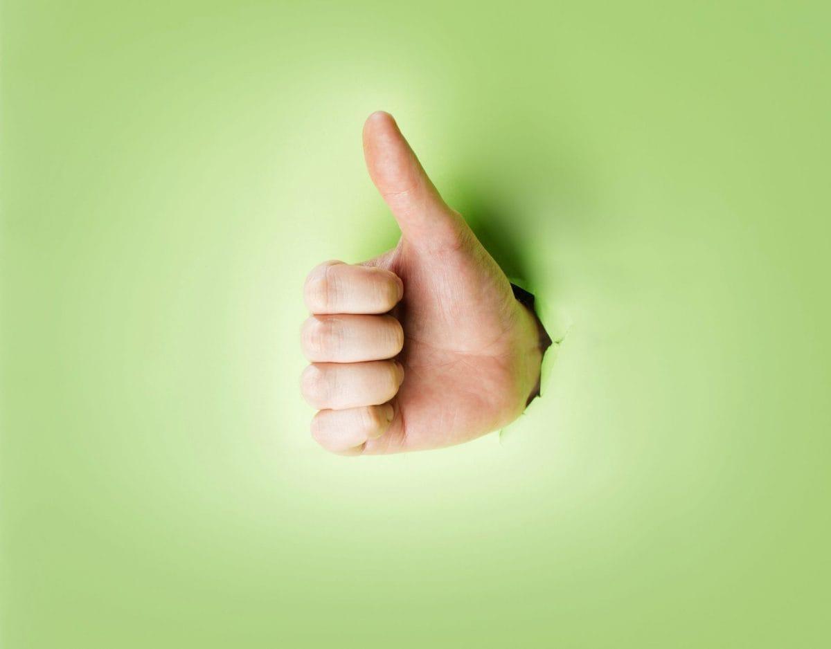 daumen trick hand durch papier daumen hoch