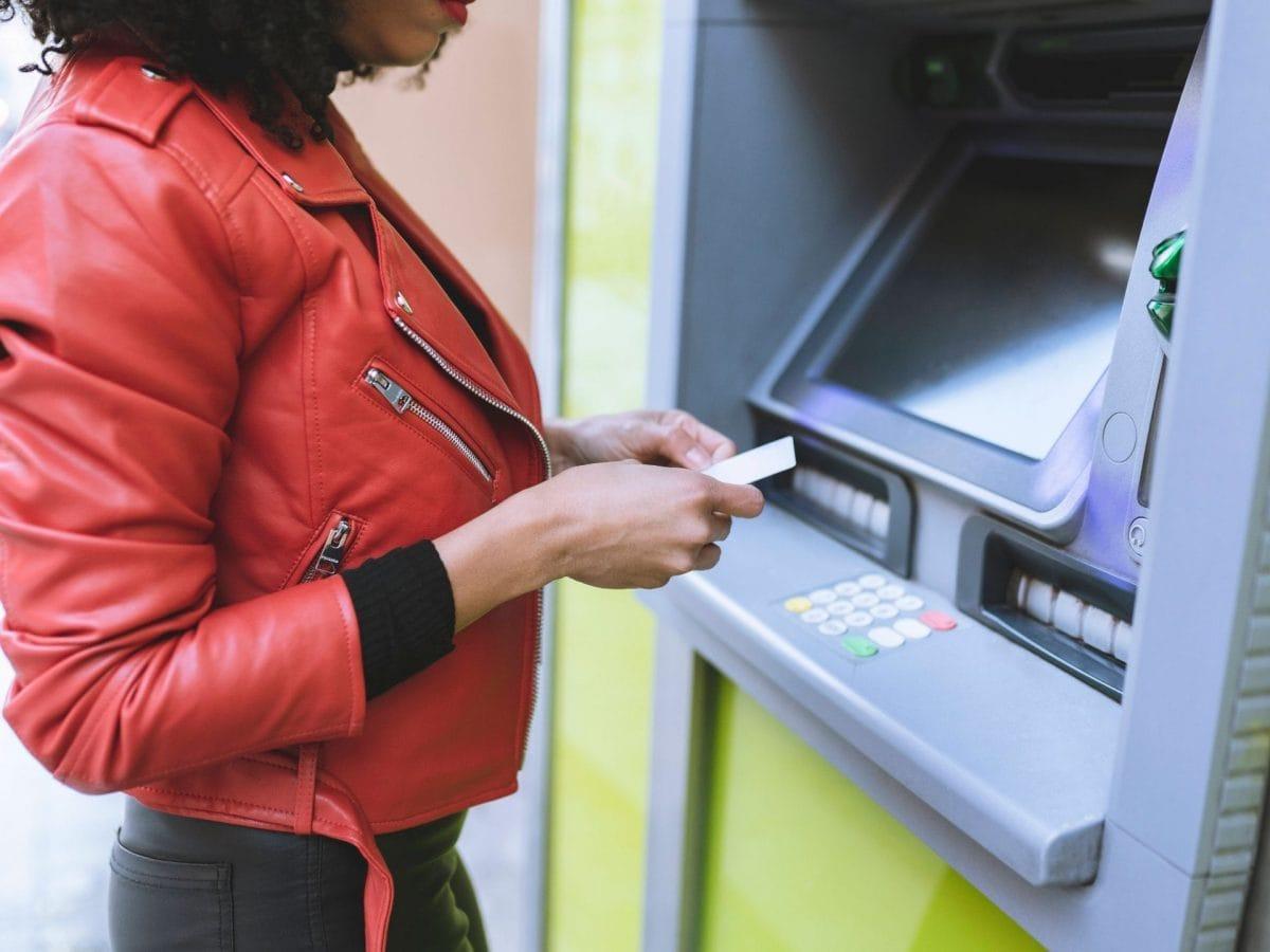 frau geldautomat schulden euro zahlen