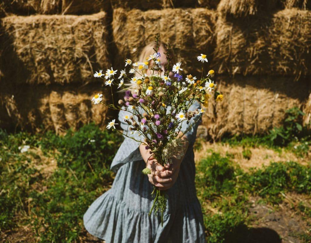 Cottagecore Mädchen mit Blumen