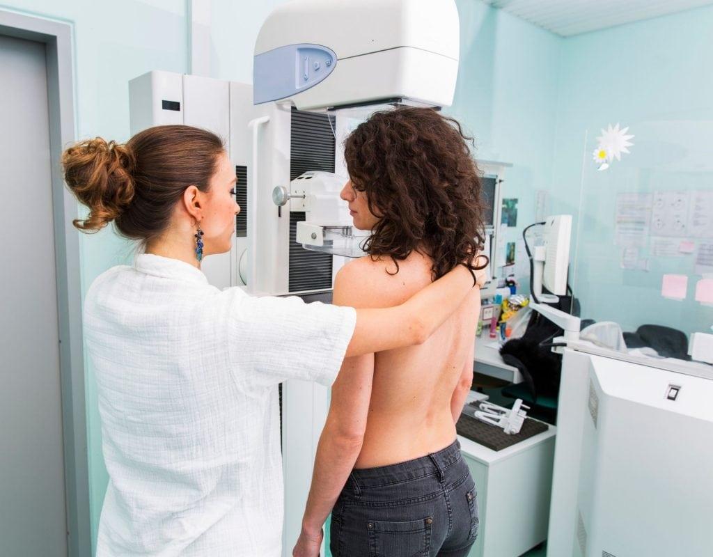 mammographie frau bei ärztin gynäkologin